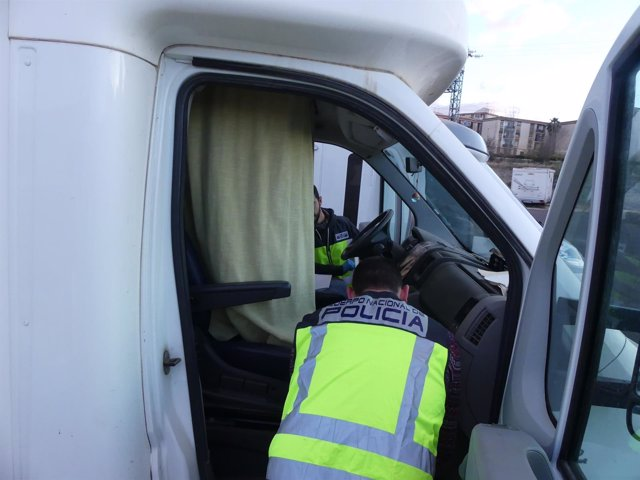 Dos agentes registran la caravana del detenido