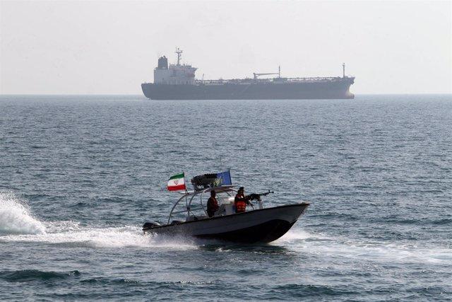 Lancha motora de la guardia revolucionaria de Irán en el Estrecho de Ormuz