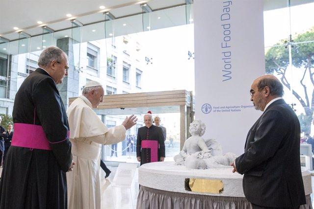 El Papa inaugura una estatua del niño sirio Aylán en la sede de la FAO