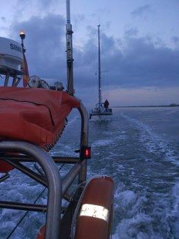 Barco de salvamento de la Cruz Roja en Huelva.