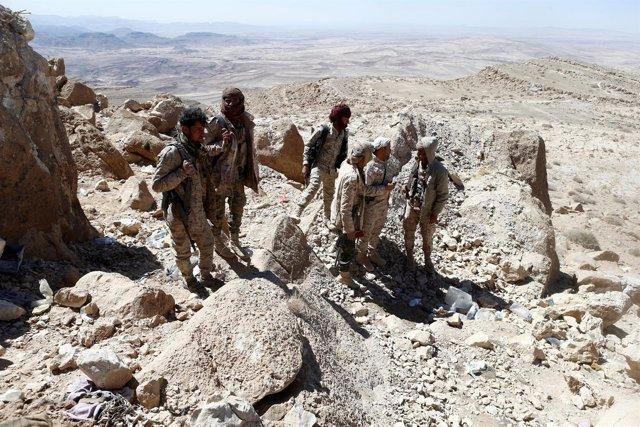 Soldados yemeníes en una montaña cerca de la capital del país, Saná
