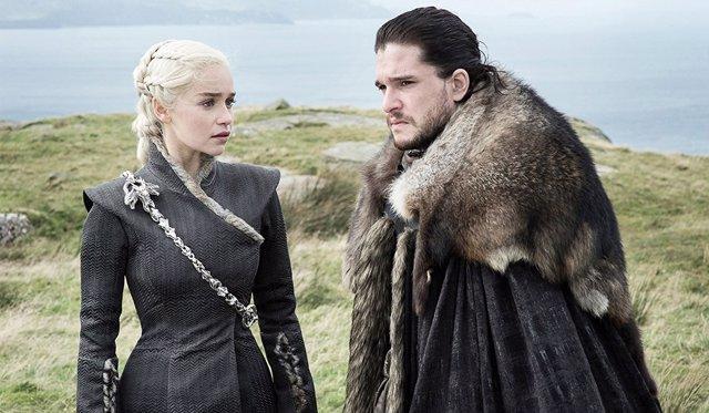 Emilia Clarke y Kit Harington en Juego de tronos