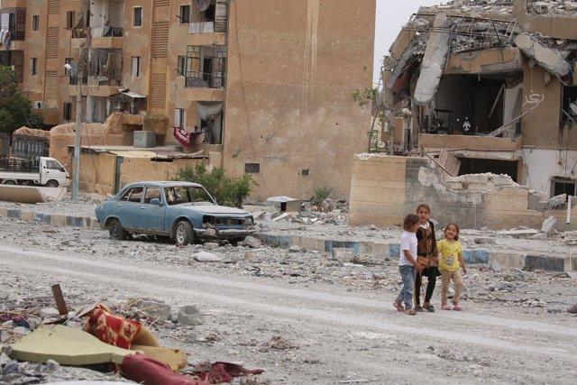 Niños en una calle de la ciudad siria de Tabqa