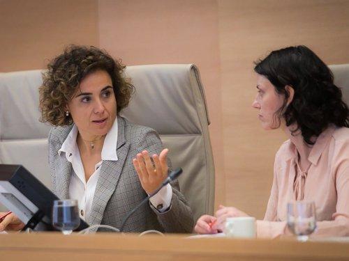 La ministra Dolors Montserrat, con la diputada Mar Puig (En Comú)