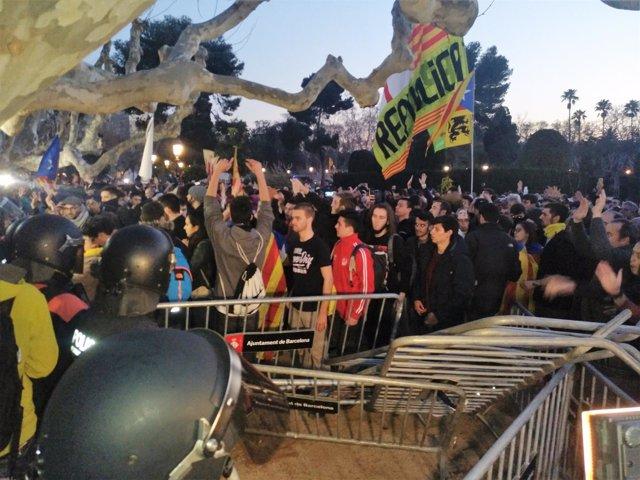 Concentrados ante el Parlament el día de la investidura aplazada de C.Puigdemont