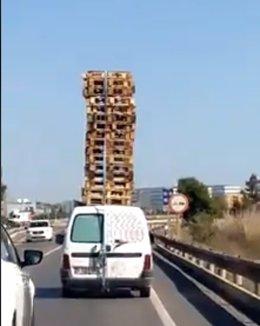 Furgoneta que circula con una veintena de palés apilados en Paterna