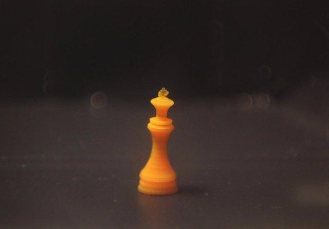 Figura del rey del ajedrez fabricada en hidrogel reactivo a temperatura
