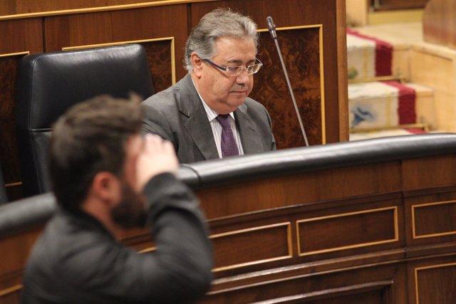 Gabriel Rufián hace un saludo mlitar en el Congreso delante de Zoido