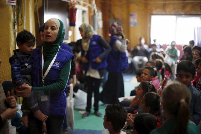 Refugiados sirios esperan en un centro de procesamiento de refugiados sirios