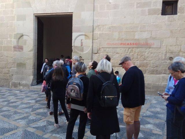 Turistas en la entrada del Museo Picasso de Málaga.