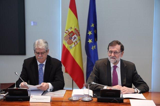 Rajoy y Alfonso Dastis en la reunión del Consejo de Política Exterior en Moncloa