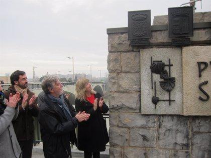 El puente de Santiago recupera los escudos constitucionales de España y Navarra