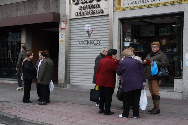 Grupo de gente, personas, señoras hablando, calle