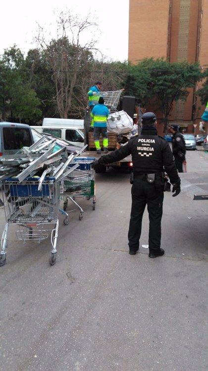 El Servicio de Limpieza Viaria recoge más de 3.000 kilos de enseres en el barrio de La Paz