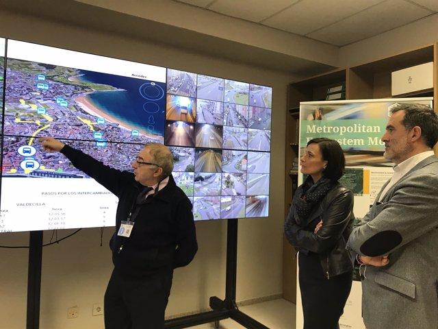 Igual y Quirós visitan el centro de control del sistema de transportes en la UC
