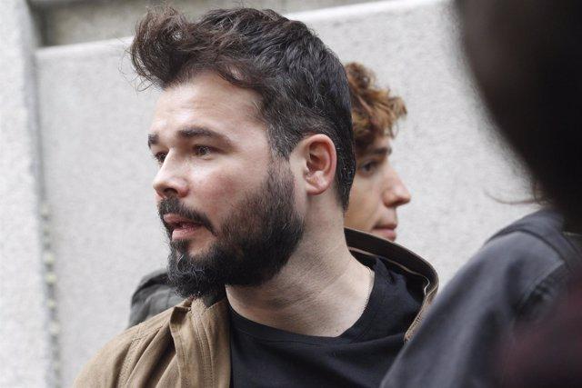 Gabriel Rufián espera la llegada de Forcadell en el Tribunal Supremo