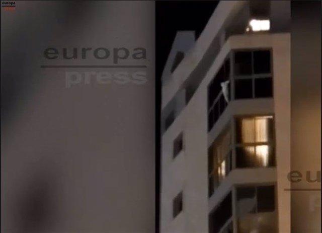 La niña en la cornisa de la vivienda en Luceros antes de ser rescatada