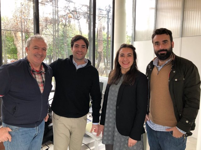 Mayoral (dcha.) visita la empresa Gooveris Software SL