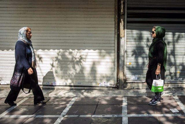 Mujeres caminando en una calle de Teherán