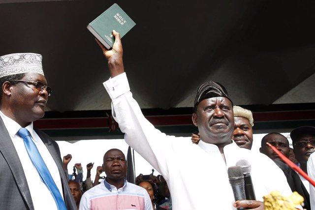 """Raila Odinga en su """"toma de posesión"""" como presidente"""