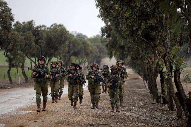 Soldados israelíes patrullan la frontera con la Franja de Gaza