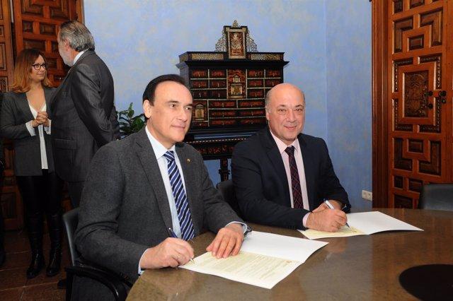 Antonio Ruiz (dcha.) firma los convenios