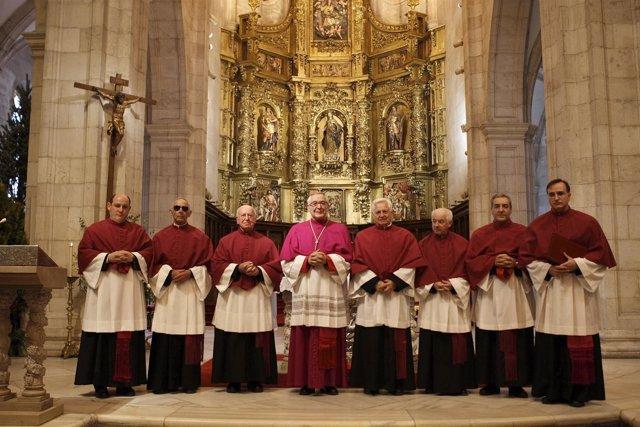 El nuevo dean a la izquierda del obispo