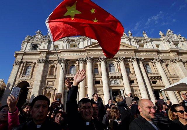 Sacerdotes chinos en la Plaza de San Pedro del Vaticano