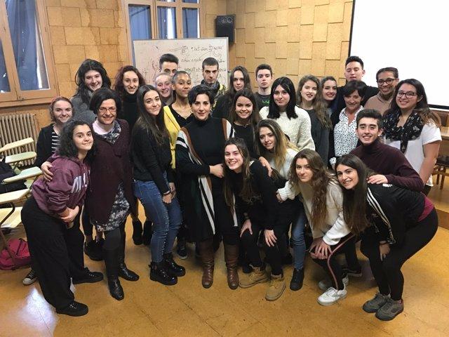 María Solana junto con el alumnado de Bachillerato de Artes Escénicas