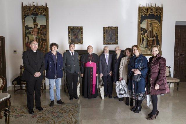 El obispo (centro), con los premiados y el jurado