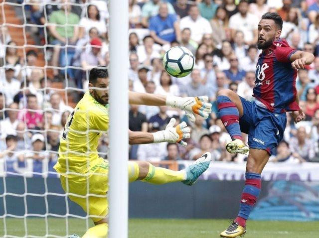Ivi, del Levante, marca gol en el Santiago Bernabéu
