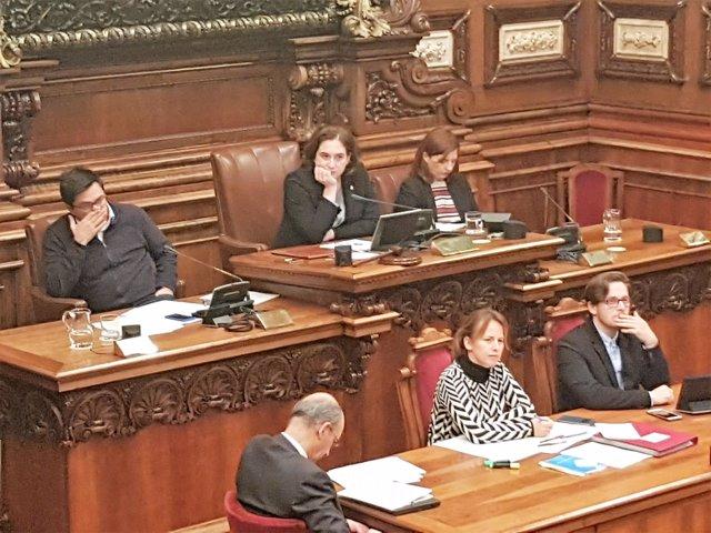 Gerardo Pisarello, Ada Colau, Laia Ortiz: pleno del Ayuntamiento de Barcelona