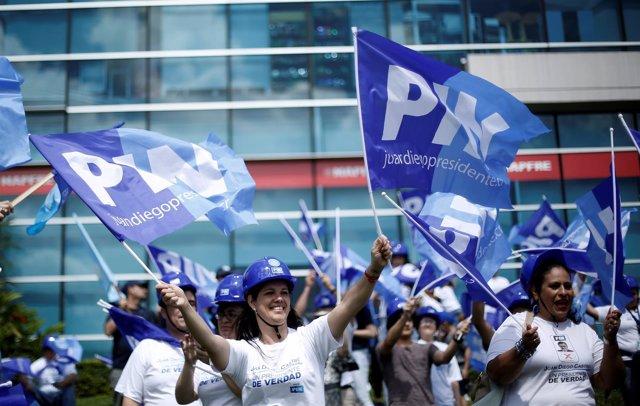 Simpatizantes del candidato presidencial Juan Diego Castro