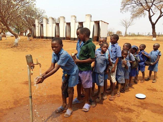 Niños en una escuela primaria en Zimbabue