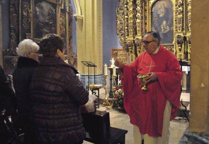 Turolenses llevan alimentos a las iglesias para su bendición, con motivo de la conmemoración de San Blas