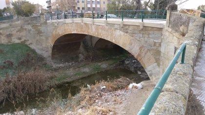 El Gobierno de Aragón mejora el pavimento del puente peatonal San Francisco en Ejea (Zaragoza)