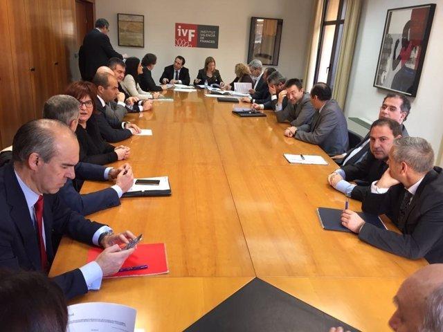 Consell y banca renuevan el contrato de servicios financieros
