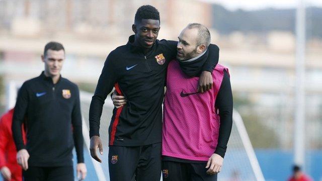 Dembele e Iniesta entrenando con el Barcelona