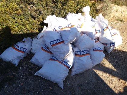 Localizan un vertido de 84 sacos de escombros en la zona protegida de Cala Falcó
