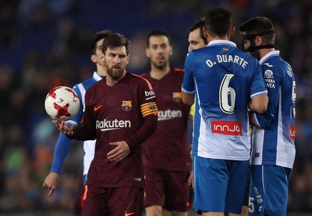 Messi ante David López en un Espanyol-Barcelona