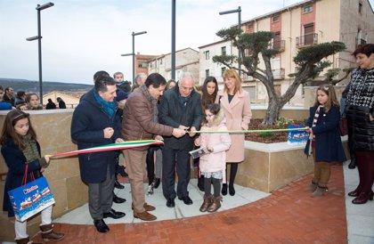Ceniceros resalta que la nueva plaza de San Martín de Entrena mejora la accesibilidad y embellece su casco histórico