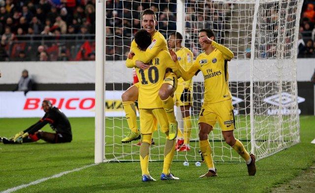 Neymar Junior celebra un gol con sus compañeros del PSG
