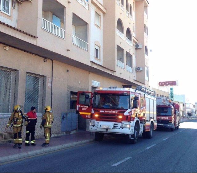 Bomberos en la extinción del fuego de Torrevieja