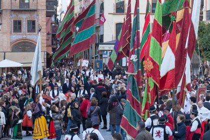 La provincia de León continúa su fin de semana de actos en Sevilla con un desfile de pendones por el centro