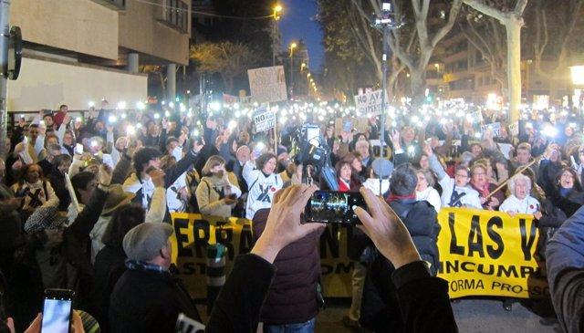 Vecinos se manifiestan frente a la Delegación del Gobierno