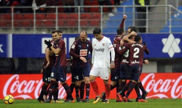 La goleada del Eibar al Sevilla aprieta la lucha por Europa