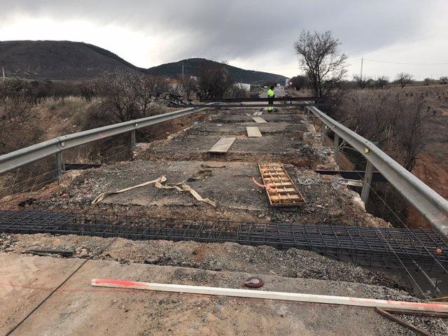 Las obras en la carretera AL-5402, en Laujar, permitirán ensanchar la vía.