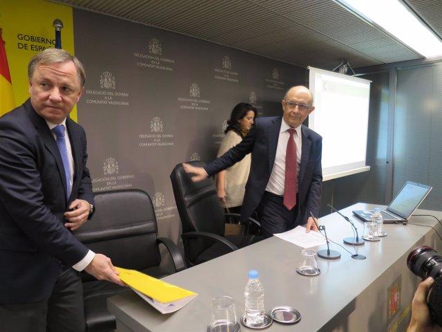 El delegado del Gobierno junto al ministro de Hacienda