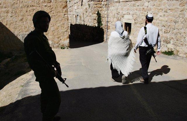 Colonos judíos pasean armados por Cisjordania