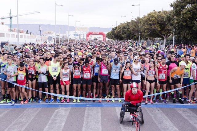 Corredores de la XXI Media Maratón Ciudad de Almería